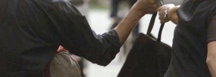 Scippa una studentessa, arrestato