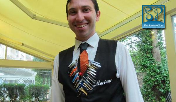 Mariano, il cameriere che colleziona i gadget dei clienti