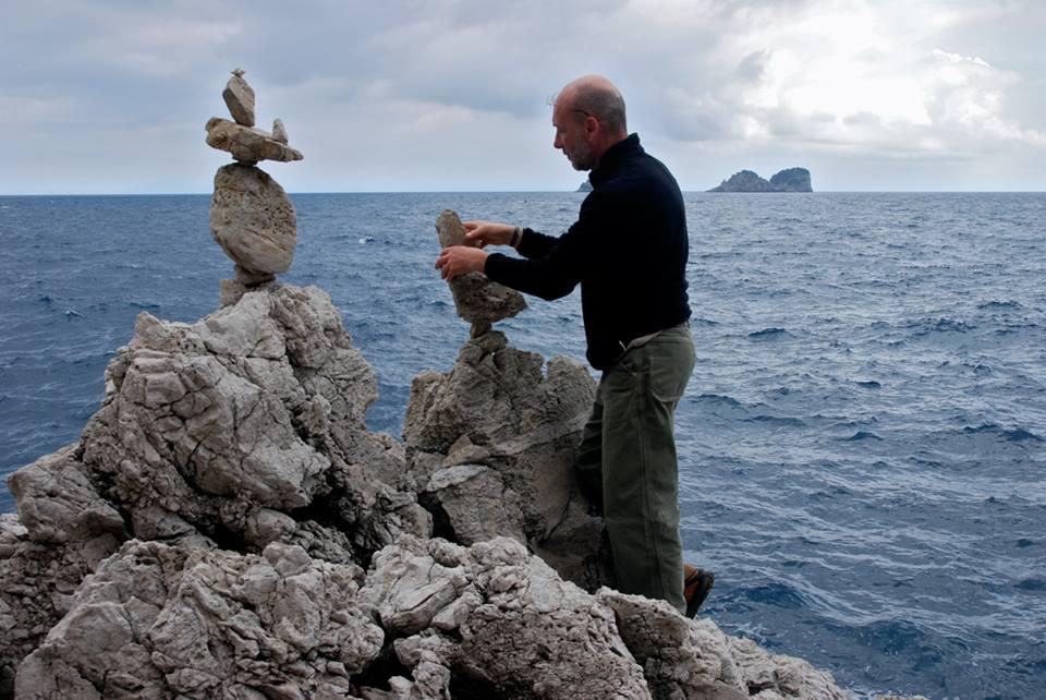 Stone balancing a Sorrento: l'arte zen delle pietre in equilibrio