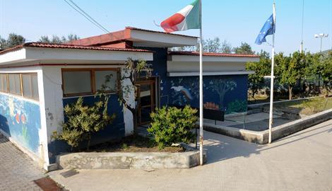 """Emergenza scuola a Cesarano, il Comune individua area e struttura. Ma l'opposizione: """"Una follia portare i bambini in un prefabbricato"""""""