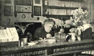 matilda-serao-lavora-alla-sua-mitica-scrivania