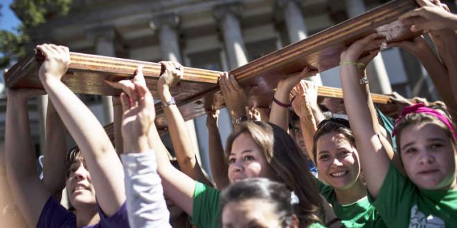 Selfie,  processione e preghiere: i giovani celebrano la Pasqua sul messaggio di papa Francesco