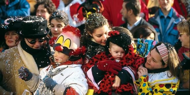 Carnevale in piazza con circo da strada, parate e animazione