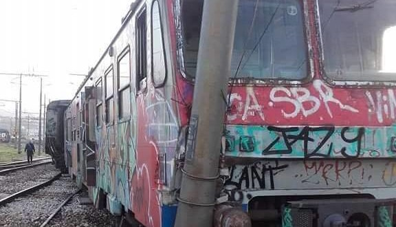 EAV nel caos: oltre ai disservizi stamattina un treno deragliato – VIDEO